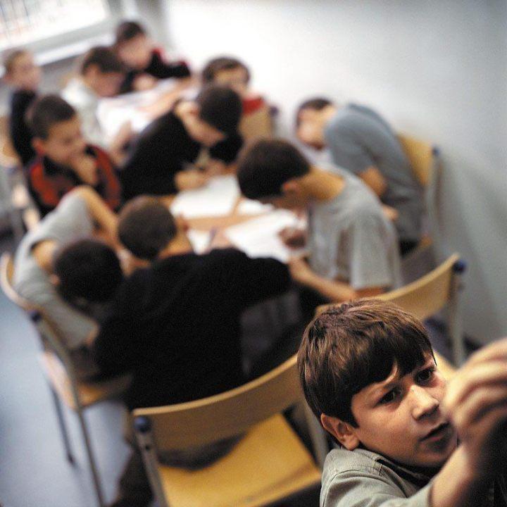 Shamil. Czeczenia. Lekcja języka polskiego w ośrodku dla uchodźców w Lininie. Oczekując na rozpatrzenie wniosku, uchodźcy mogą uczyć się języka polskiego. Do nauki przystępują podzieleni na grupy wiekowe, wśród chętnych do nauki dominują jednak dzieci. Zainteresowanie nauką języka to także wskaźnik, kto zamierza naprawdę pozostać w naszym kraju, a kto szykuje się do dalszej podróży.