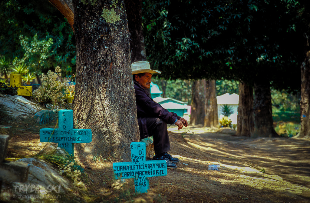 Kolorowy, majański cmentarz w gwatemalskiej wiosce Chichicastenango.