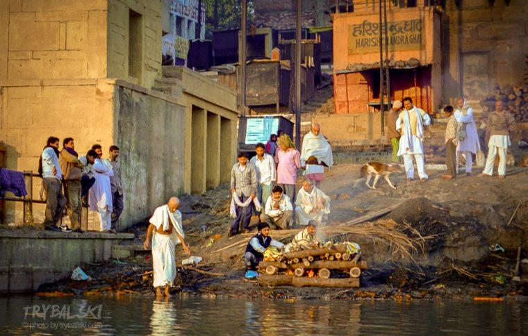 Płonące stosy na ghatach w indyjskim Waranasi.