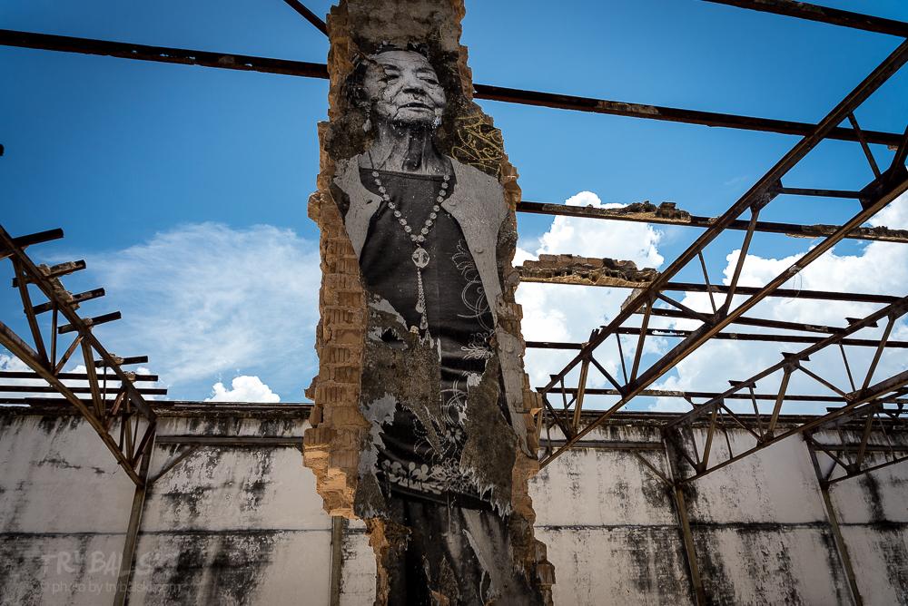 """Na Kubie wpatrywałem się w Hawanę i w jej zmarszczki. Głębokie, mocne bruzdy czasu, historii i ludzkich losów. Zmarszczki, których nie da się wygładzić. (Na zdjęciu pani Leda Antonia Machado i fragment muralu z projektu """"The Wrinkles of the City - La Havana"""", efekt kolaboracji JR i José Parlá."""