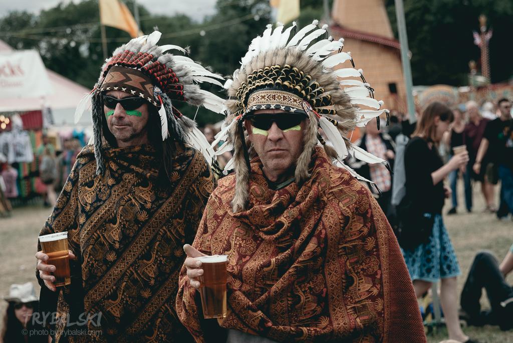 Indianie. Pija piwo.