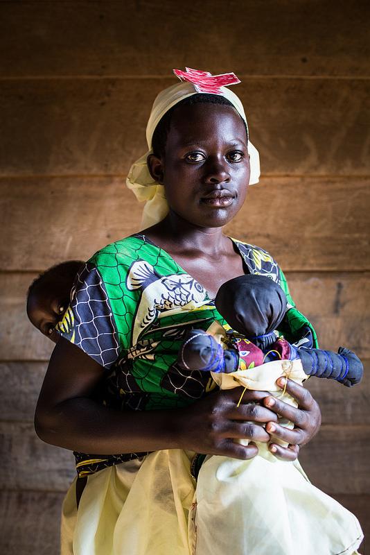 """Françoise,  Demokratyczna Republika Konga """"Mam 15 lat i mam jednoroczne dziecko. On ma na imię Chance. Gdy idę do szkoły niczego się nie wstydzę. Ale inni nie mogę zrozumieć - po co się uczę skoro mam już dziecko. Tłumaczę im, że właśnie dlatego się uczę by pomóc mojemu dziecku."""""""