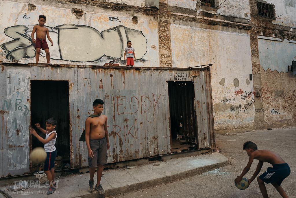 Wałęsanie się po Hawanie. To lubię najbardziej. I to przynosi efekt. Rzeczy dzieją się same, historie piszą się same, te wizualne.