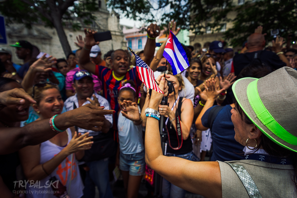 I emocje, gdy w hawańskim porcie, z pokładu wielkiego wycieczkowca schodzą Kubańczycy, którzy nie widzieli swojej ojczyzny od dobrych 50 lat.