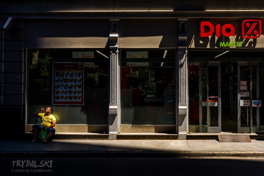 Wysokie budynki i kratownica ulic sprzyjają. Buenos Aires to idealna miejscówka do fotografii ulicznej.