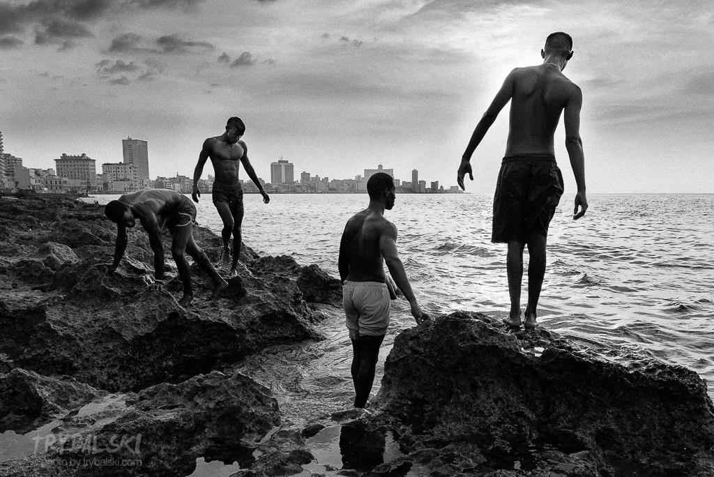 Hawański Malecon w czerni i bieli. chwilka do zachodu słońca. I kilku habaneros, spędzających miło czas. Fotograf za plecami sprawił, że planowany koniec zabawy został nieco przesunięty...
