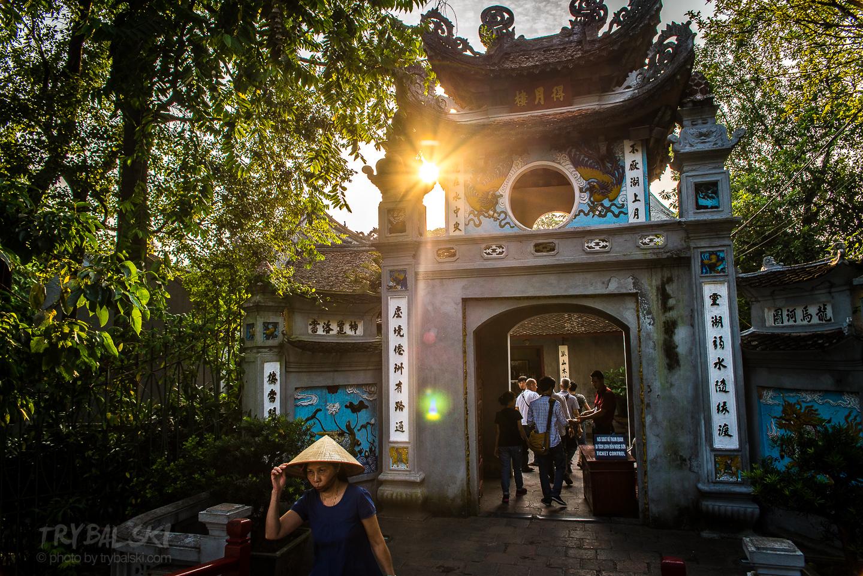 Wejście do Ngoc Son Temple nad jeziorem