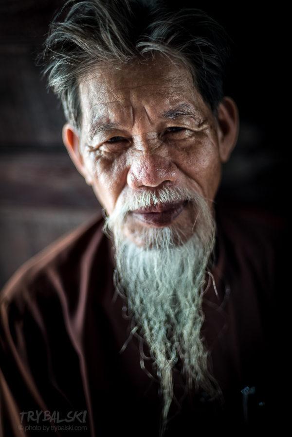 Mnich - klucznik świątynni Chu Van Thim spotkany na trasie spływu w  Trang An Grottoes