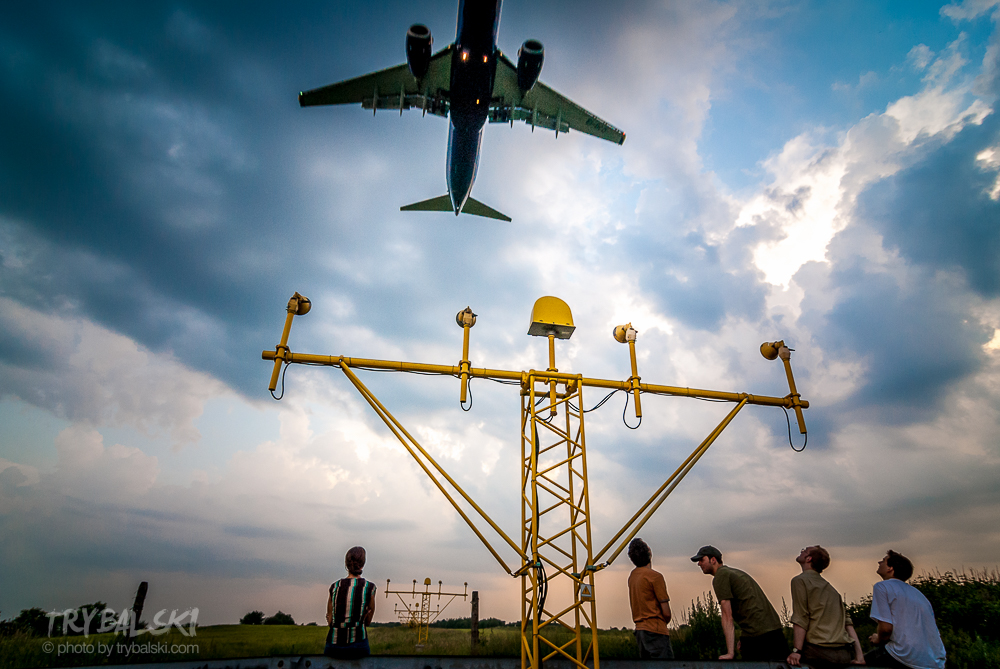 Podkrakowskie Balice to mekka spottersów. Zdjęcia lądujących maszyn można robić z naprawdę bardzo małego dystansu.