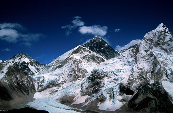 """Po prawej Nuptse, w środku czarna piramida Everestu, na dole """"zakręt"""" lodowca Khumbu i po lewej, na zakręcie baza pod Everestem (c) Piotr Trybalski"""