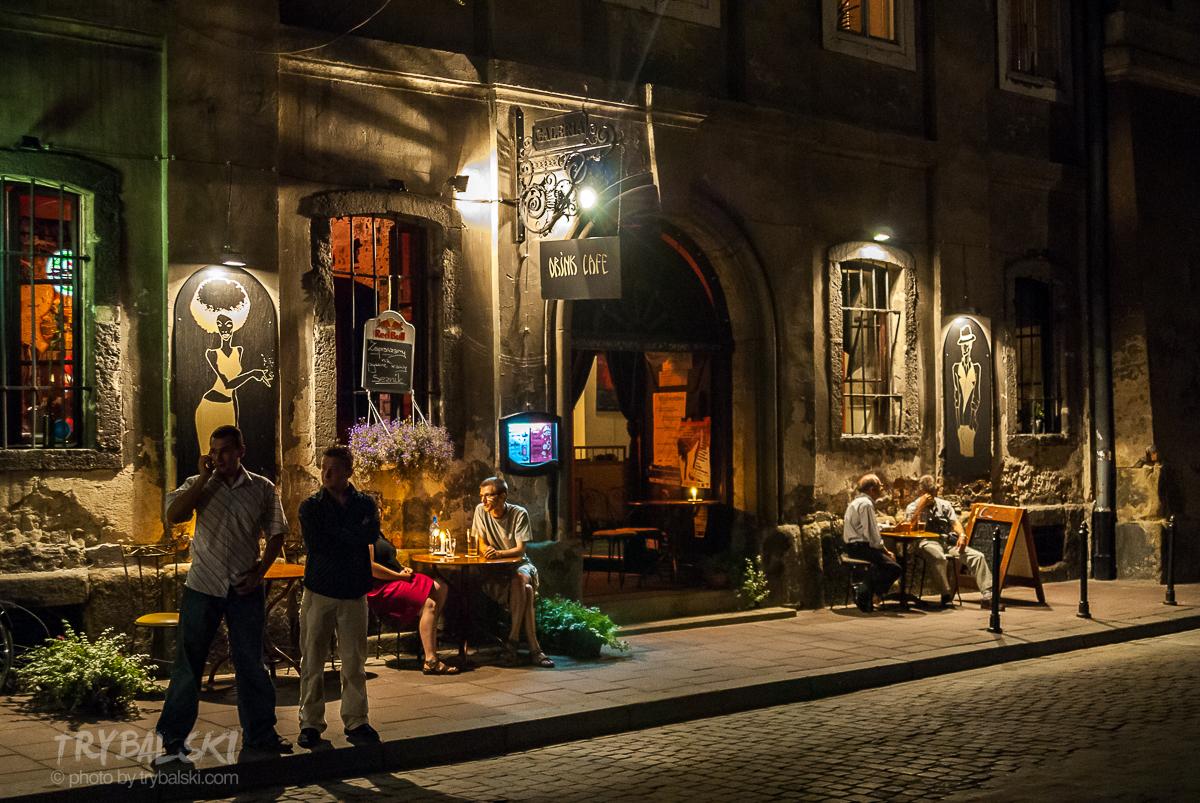 Ulica Stolarska to jeden z wielu przykładów na rodzajowe scenki po zachodzie słońca. Sztuczne światło, mnóstwo ludzi, ciekawe fasady - wystarczy fotografować.  Podobne klimaty znajdziesz na Kazimierzu - w okolicach pomiędzy placem Nowym a placem Wolnica.
