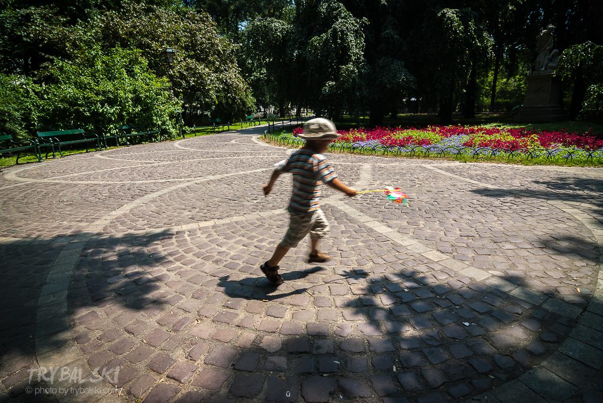 Krakowskie Planty, miejsce spacerowa, pozwala na wyczekanie i fotografowanie scenek rodzajowych.