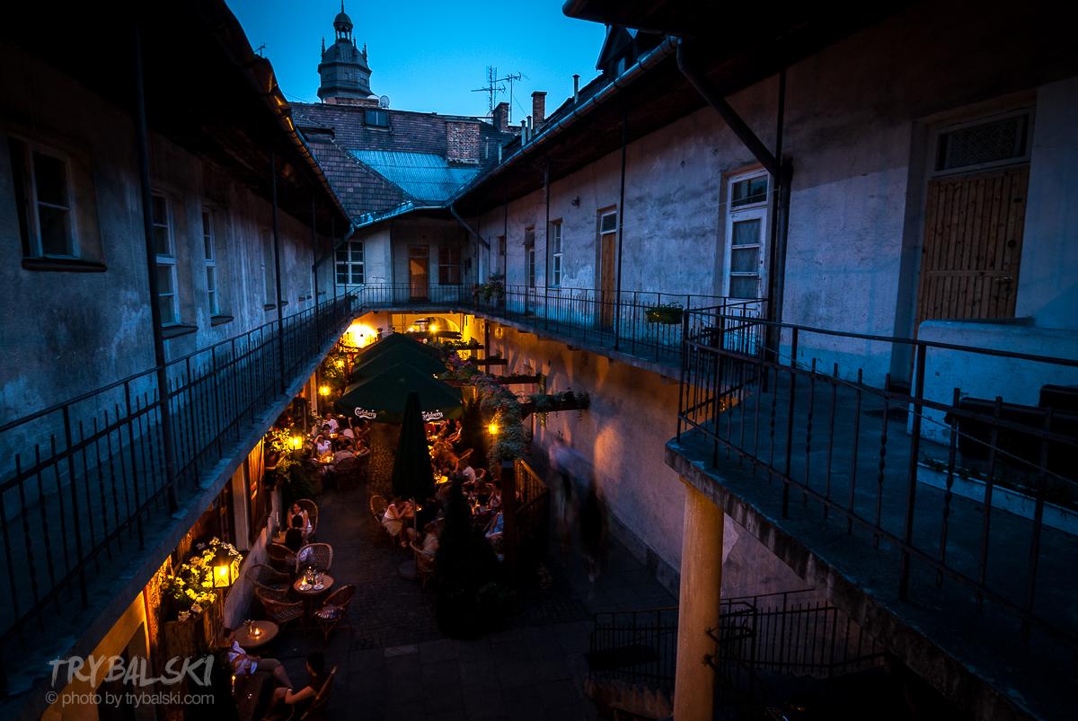 Pub Stajnia, słynny z licznych, polskich komedii romantycznych, które tu realizowano to przede wszystkim ciekawe miejsce na zdjęcia o błękitnej godzinie. A wszystko na krakowskim Kazimierzu. 10 min. pieszo z Rynku.