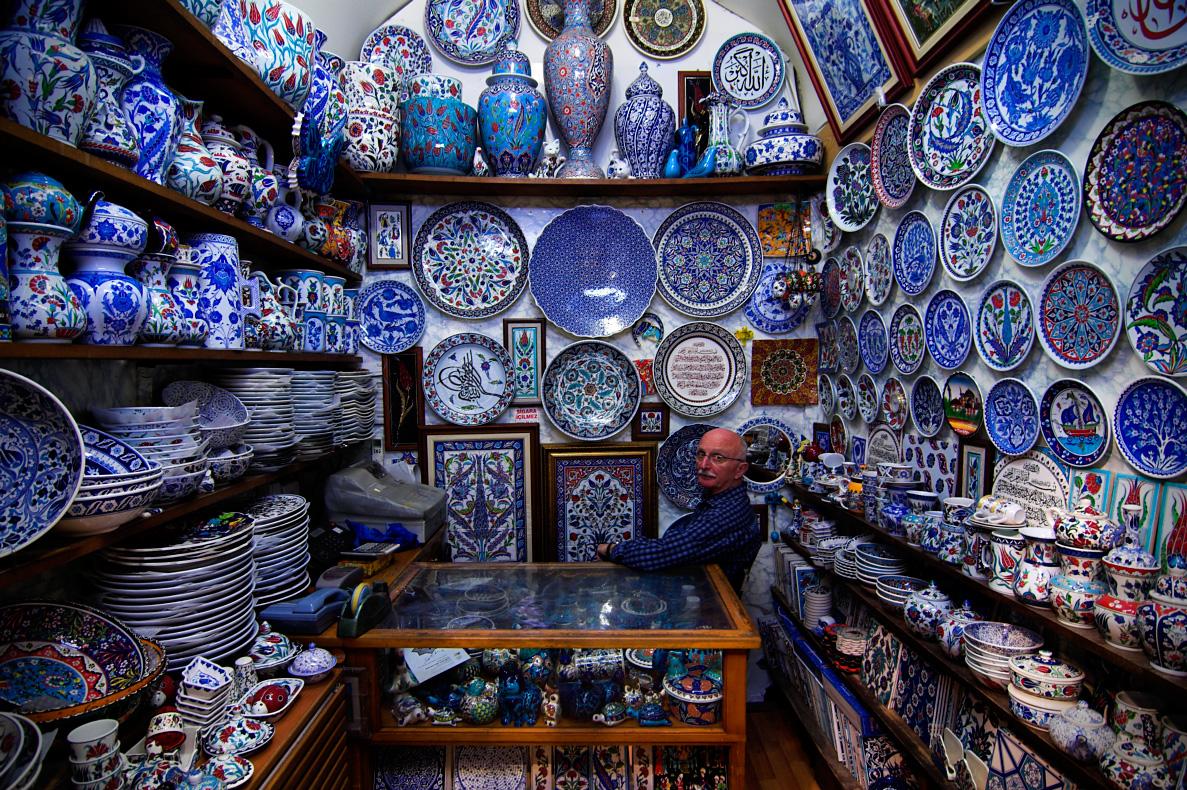 Właściciel rodzinnego interesu Selvi El Sanatları (od 1948 roku) na Grand Bazaar w Stambule. 2012