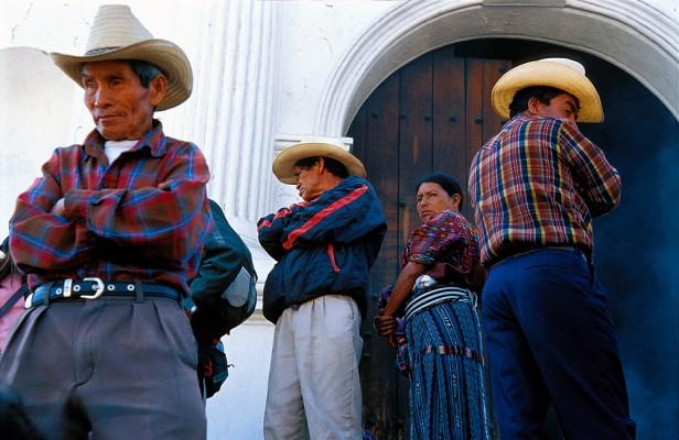 Gwatemala, Chichicastenango. Majowie na schodach kościoła Św. Tomasza.